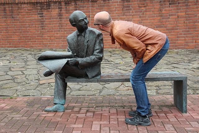 sedící socha