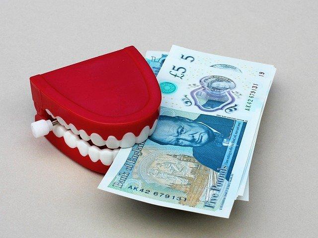 peníze v zubech