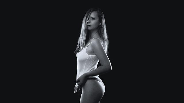 Žena s blond vlasmi v bielom tielku